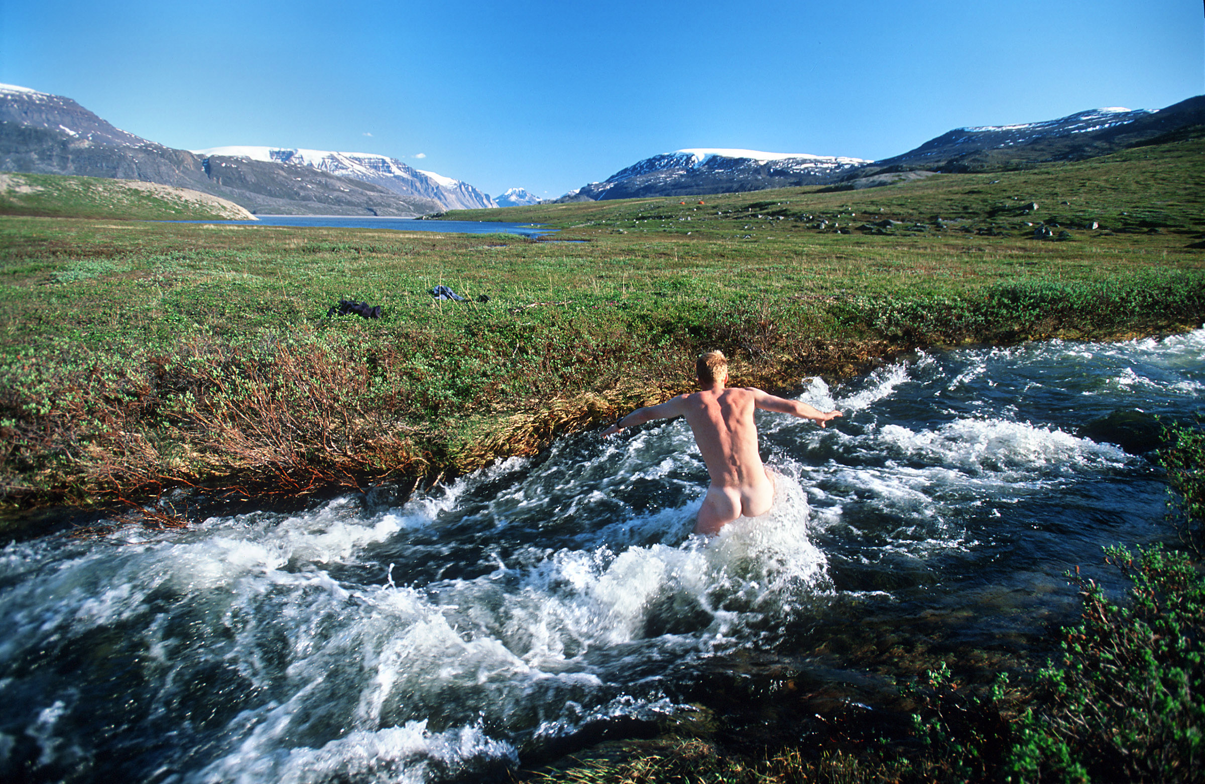 greenland-crossing-freezing-river