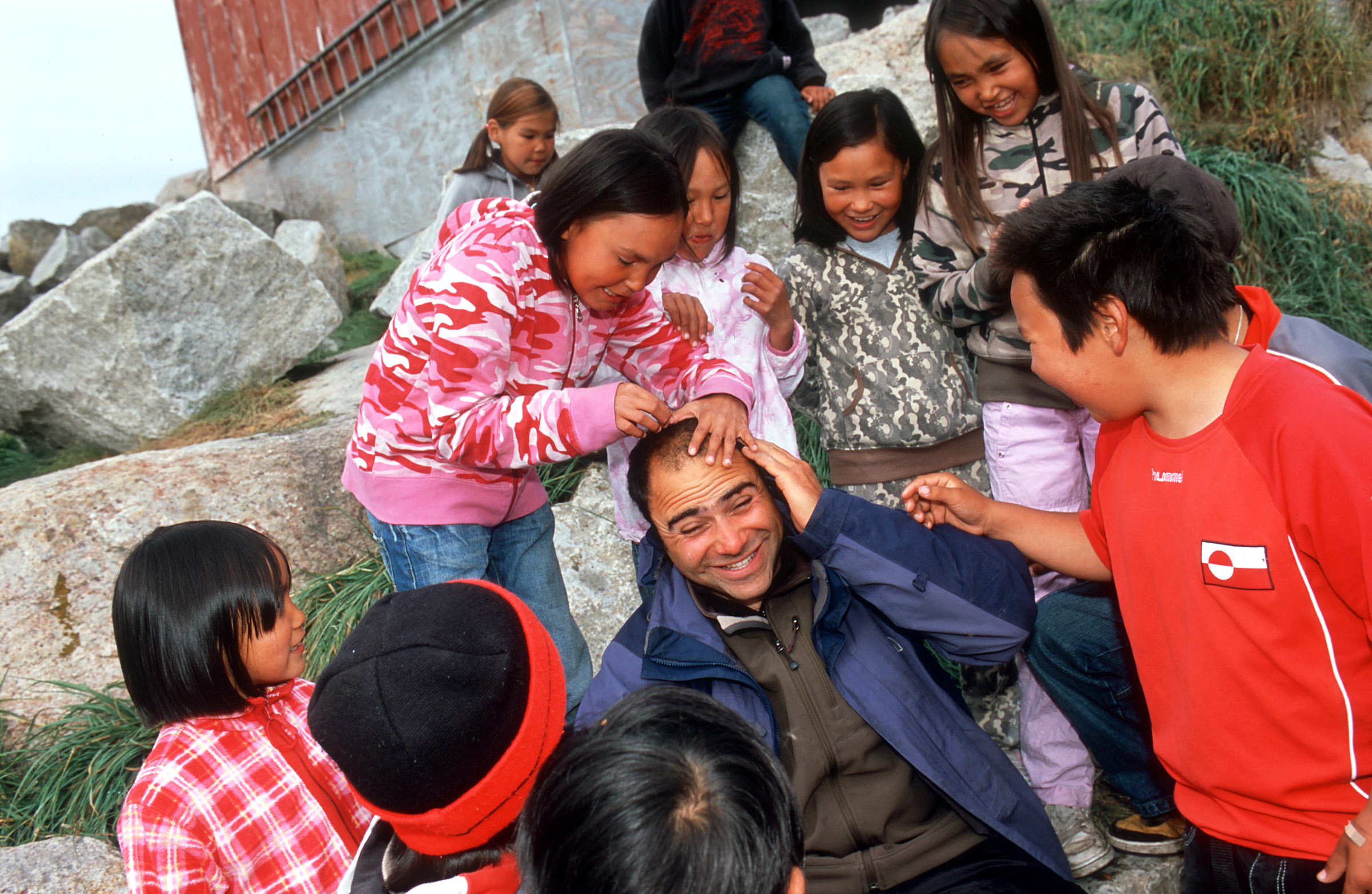 greenland-inuit-kids-laughing