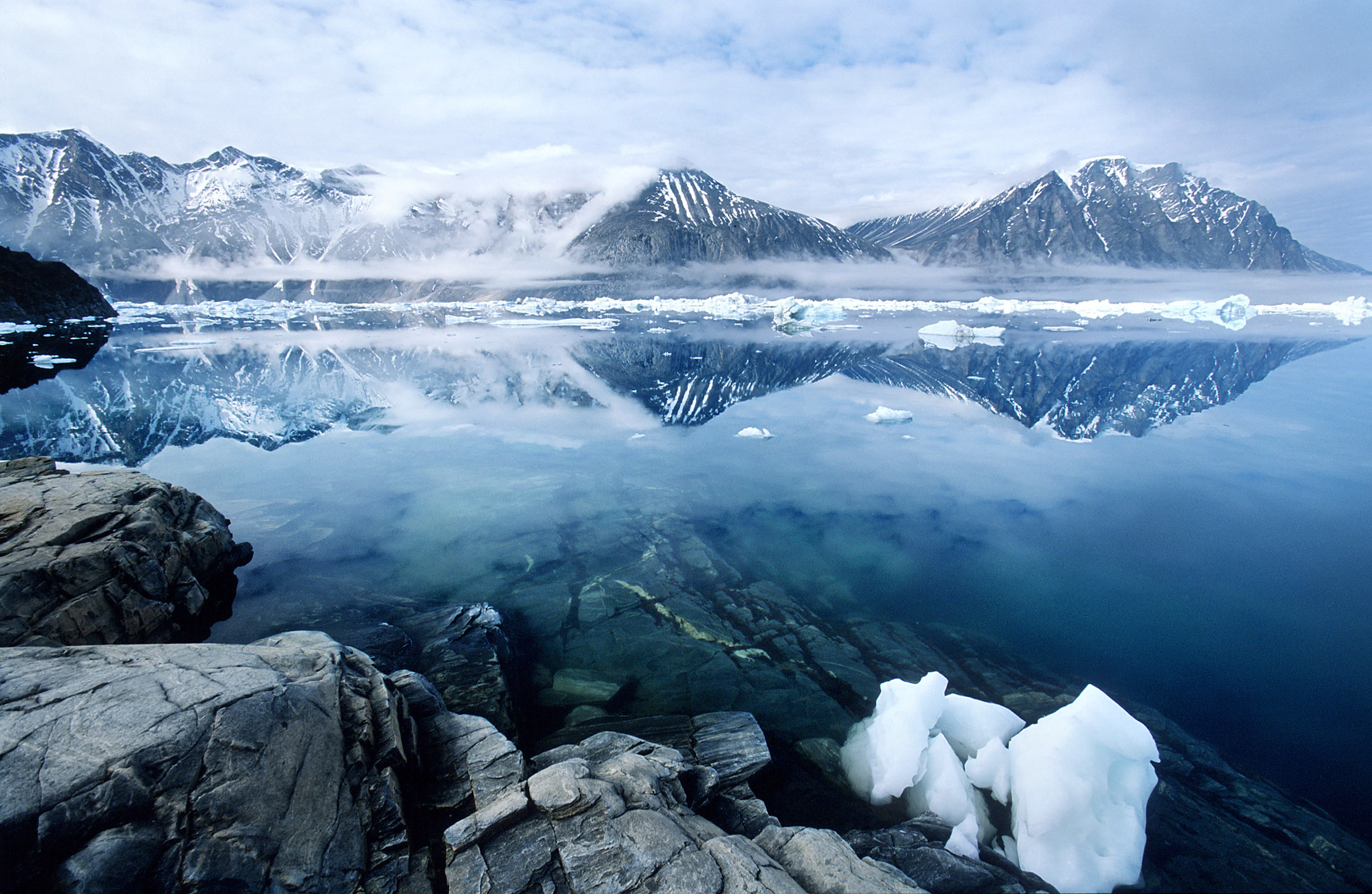 greenland-reflection-sea-mountains