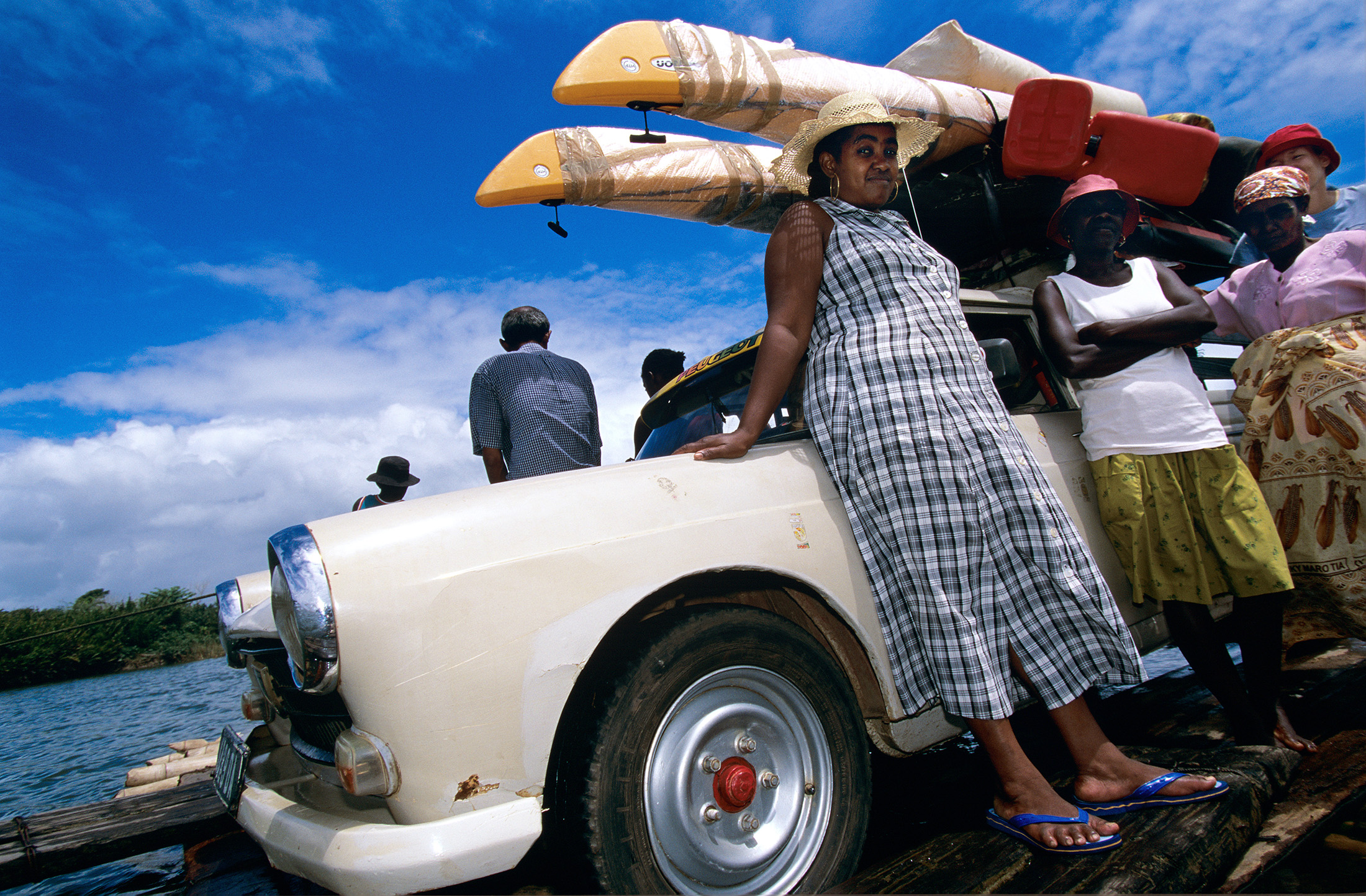 madagascar-crossing-river-renault-4-raft